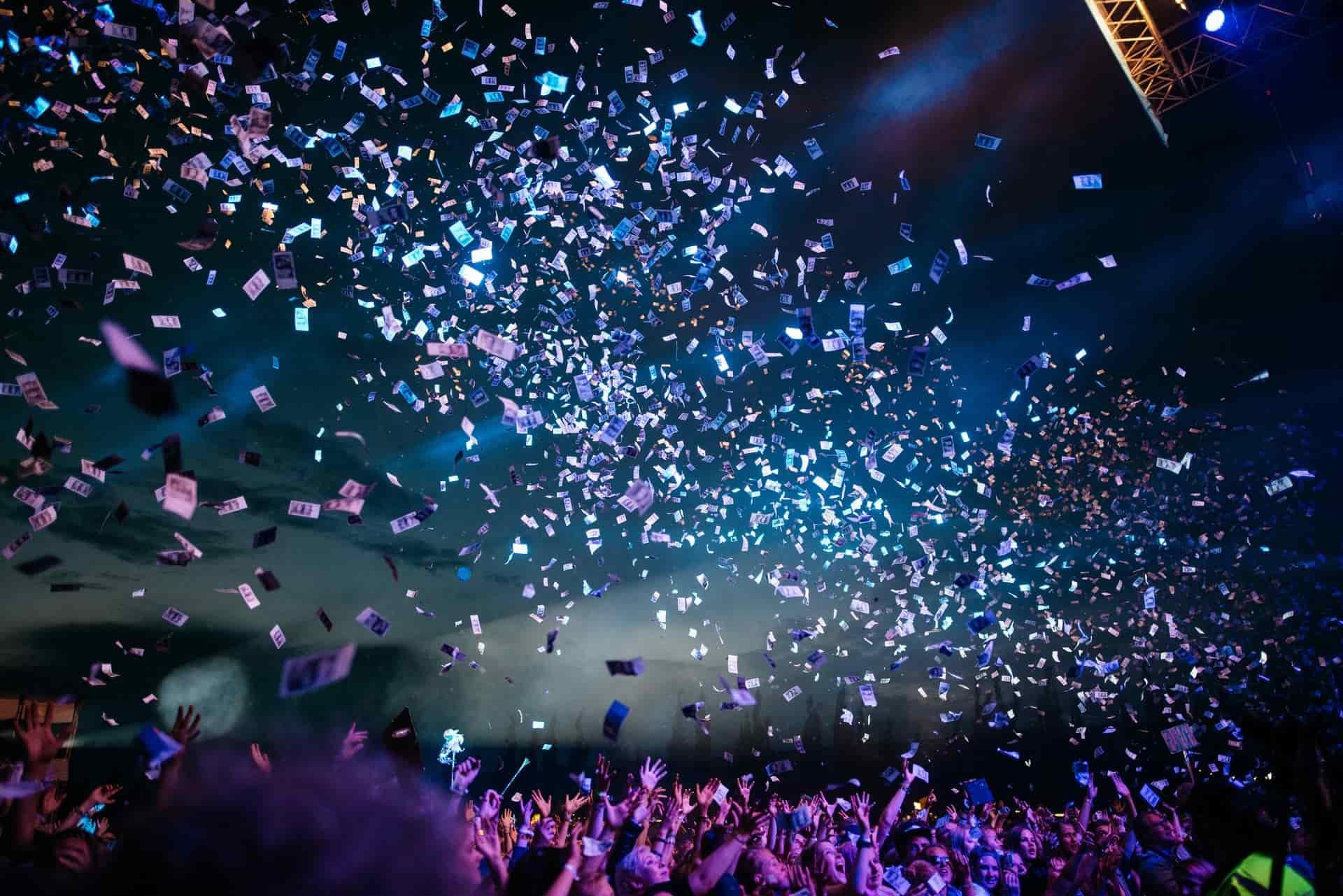 Imagen de dinero flotando en el aire en un espectáculo